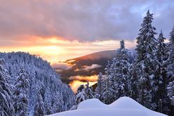 coucher de soleil sur montagne enneigée